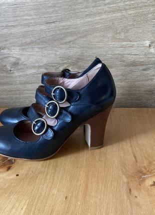Класичні шкіряні туфлі на ремінцях