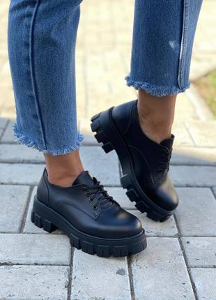 Женские броги, чёрные броши, кожаные броги