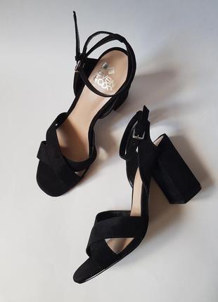 Шикарные черные босоножки на толстом каблуке,черные замшевые босоножки,туфли