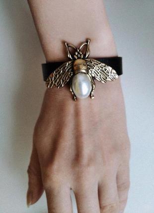 Черный браслет с пчелкой. модные женские браслеты на руку. красивые браслеты легкие. красивые вещи