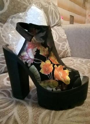Крутые босоножки на платформе и высоком каблуке в цветочный принт