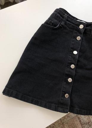 Черная джинсовая юбка на болтах