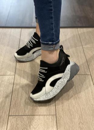 Замшевые лаковые кроссовки