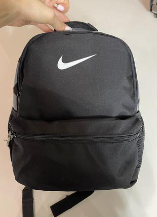 Вместительный чёрный рюкзак nike