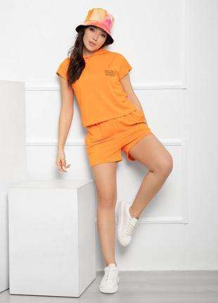 Оранжевый трикотажный костюм с капюшоном