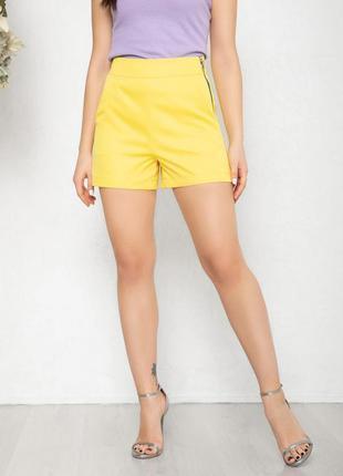 Желтые короткие шорты с карманами