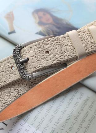 Женский кожаный ремень с цветочным узором бежевый