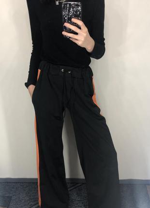Штаны широкие чёрные спортивные с лампасами и разрезами снизу