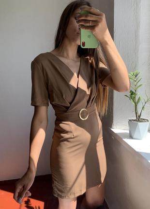 Очень красивое карамельное платье в груди на запах