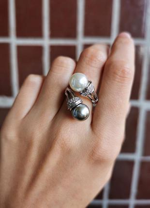 Коктейльное кольцо с искусственным жемчугом и фианитами