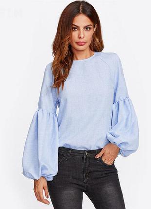 Синяя рубашка с воланами на рукавах