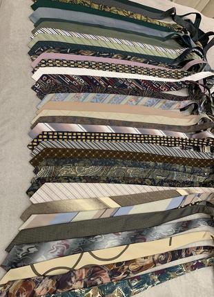 Огромный выбор галстуков разных брендов