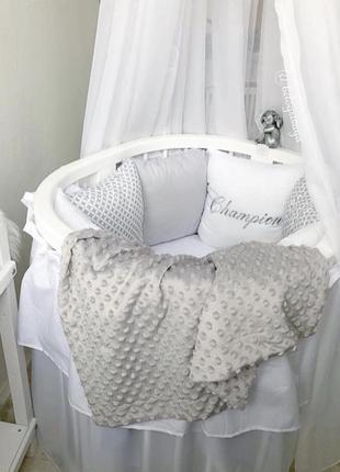Подушки в кроватку для малыша на завязках в серых тонах