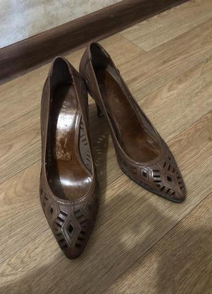Красивые коричневые туфли на шпильке