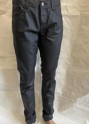 Стильные штаны под кожу с напылением