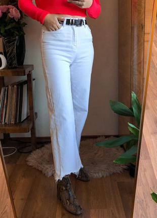 Білі джинси zara прямого крою короткі. джинсы