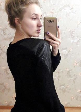 Теплый удлиненный свитер с кожаными вставками