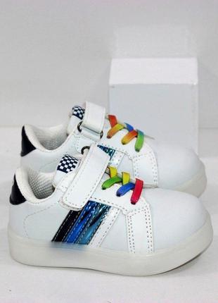 Детские белые кроссовки кеды для мальчика со светящейся подошвой led