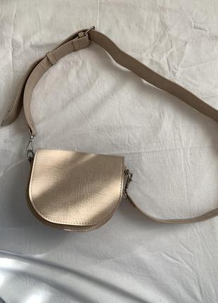 Бежевая сумка седло с широким ремнём