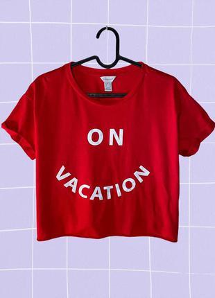 """Красная короткая футболка с принтом """"on vacation"""""""