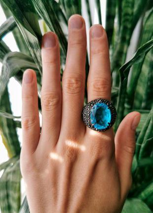 Кольцо перстень с крупным голубым камнем цирконом