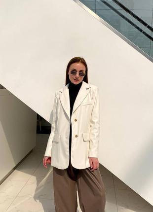 Белый пиджак из экокожи