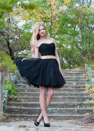 Короткое платье -пачка с золотым поясом