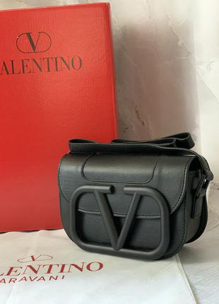 Очень крутая сумочка в стиле valentino чёрного цвета