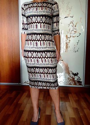 Красивейшее трикотажное платье с золотистым античнымм рисункомв стиле бохо izabel london