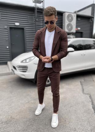 Костюм пиджак брюки под кеды коричневый сттльный
