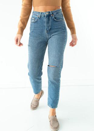Прямые джинсы с декоративными разрезами