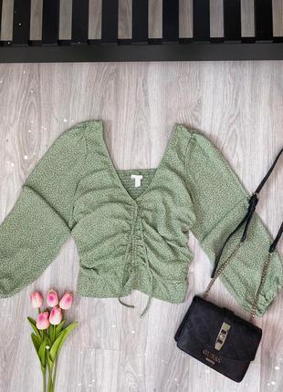 Блуза нарядная зелёная в цветочки, с затяжкой спереди, новая , размер m, от h&m