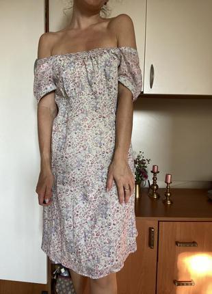 Неймовірна сукня з відкритими плечима