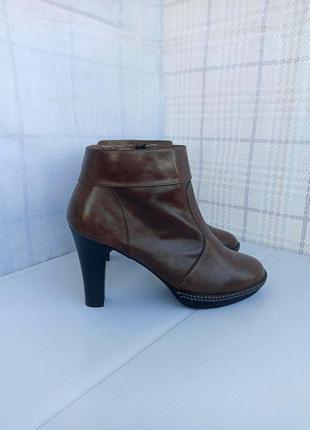 Ботинки из натуральной мягкой кожи внешне и внутри на практичном устойчивом каблуке, ботильоны