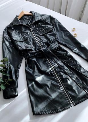 Кожаное платье с поясом prettylittlething