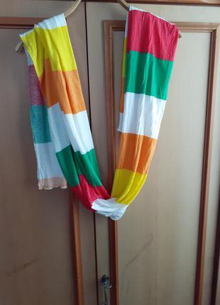 Яркий трикотажный шарф
