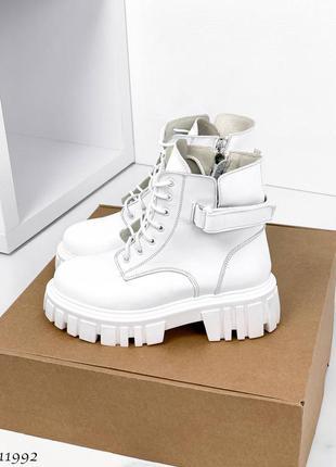 Стильные белые кожаные ботинки деми