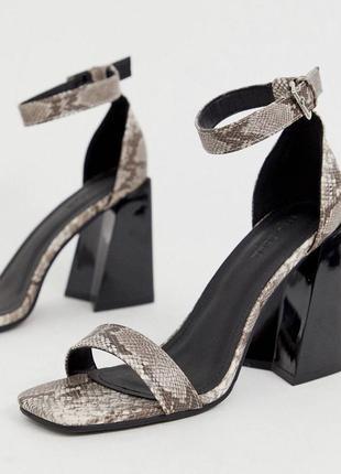Женские босоножки на устойчивом каблуке, змеиный принт
