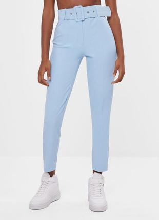 Голубые брюки с ремнем bershka