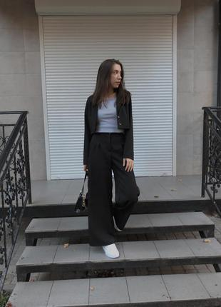 Трендовий костюм з укороченим піджаком