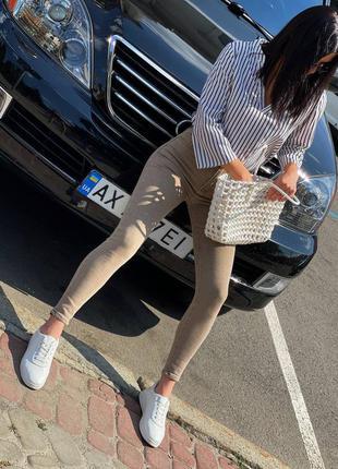 Стильные бежевые джинсы которые сидят по фигуре