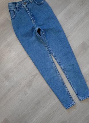 Плотные джинсы с высокой посадкой