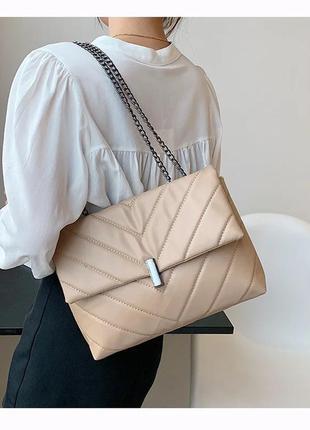 Бежевая стеганная сумочка на цепочке