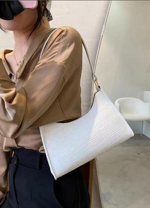 Трендовая сумка багет женская новая белая лаковая под кожу крокодила с короткой ручкой