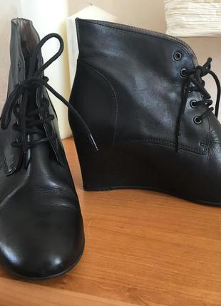 Кожаные ботинки на танкетке naf naf