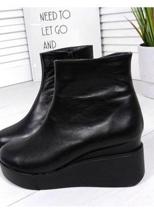 Женские ботинки на танкетке черные натуральная кожа
