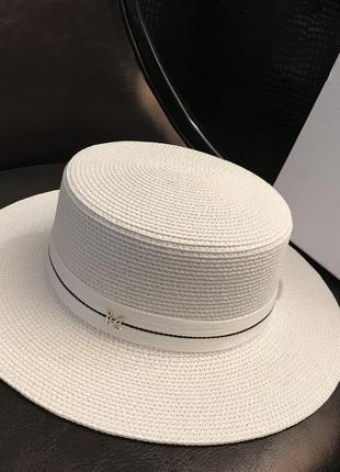 Шляпа из соломы в белом цвете