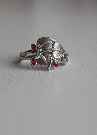 Красивое,нежное серебряное кольцо с рубинами