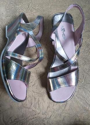 Кожаные босоножки на танкетке. серебрянные босоножки. сандалии кожа. розовые хамелеоны.