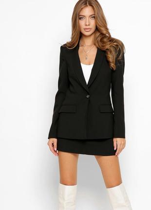 Костюм из пиджака и шортов-юбки в черном цвете